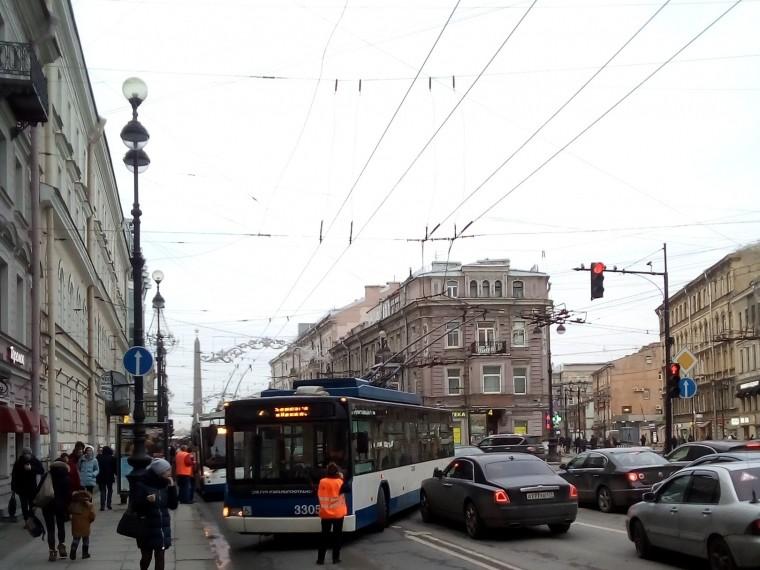 Наглавном проспекте Петербурга троллейбус стокнулсясRolls-Royce