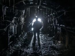 Заблокированным вкузбасской шахте горнякам передали еду итёплые вещи
