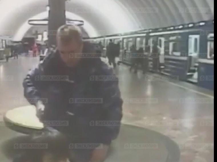 Стало известно, кому принадлежал пистолет, которым пьяный охранник угрожал молодому человеку вметро Петербурга