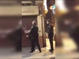 Видео, накотором полицейский нокаутировал женщину, вызвало скандал вИспании
