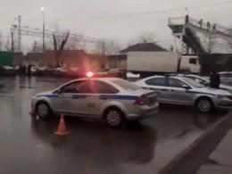 Пятый канал публикует первые кадры сместа стрельбы изахвата заложников нафабрике «Меньшевик КФ»