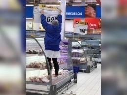 Воронежская продавщица встала ногами намясо, чтобы дотянуться доценника