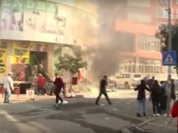 Восемь человек ранены при взрыве наулице валбанском Шкодере— кадры сместа происшествия