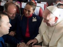 Папа Римский обвенчал бортпроводников самолета прямо ввоздухе— видео
