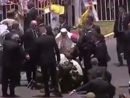 Видео: Папа римский выбежал изавтомобиля, чтобы помочь женщине-полицейской