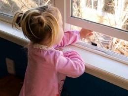 Пятилетний ребенок едва невыпал изокна квартиры вСалехарде— спасатели прибыли замгновение допрыжка