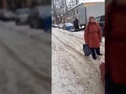 «Пропустите, выже мужчина!»: Очень упрямая жительница Воронежа спровоцировала пробку, встав посреди проезжей части