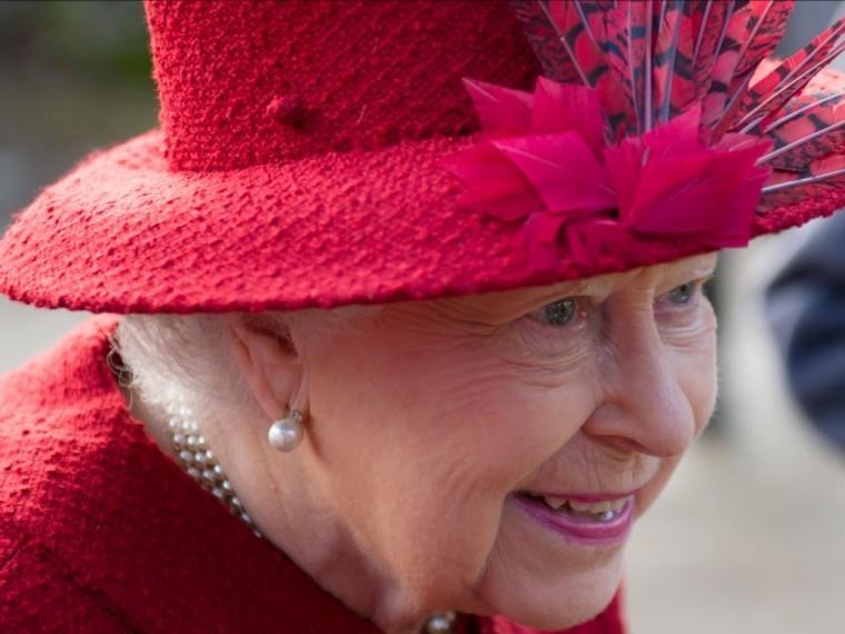 СМИ: Королеву Британии заподозрили в«порче воздуха»присултане Бахрейна