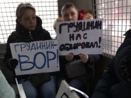Видео: «Грудинин натравил нанас полицию!»— Пикетчики, задержанные насъезде обманутых дольщиков