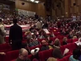 Видео: недовольных пиаром Грудинина дольщиков соскандалом выгнали сосъезда дольщиков