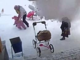 Видео: Годовалая девочка увела мать засекунду дообрушенияснега скрыши