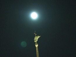 Внебе над Петербургом взошлаголубая луна— красивое видео изСеверной столицы