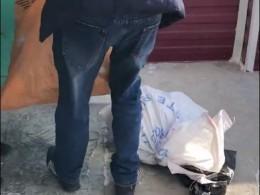Очевидец снял навидео, как сотрудники «Почты России» варварски разгружают машину спосылками