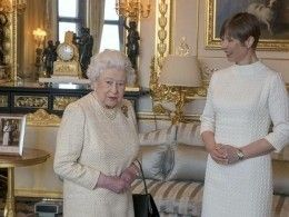 Президент Эстонии подарила Елизавете Второй банку смедом