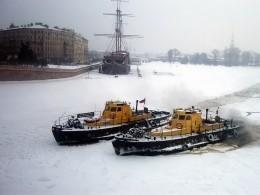Нареках иканалах Петербурга начали вскрывать лед