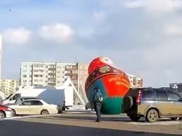 Очевидцы сняли навидео бешено летающую поБратску матрешку-гиганта