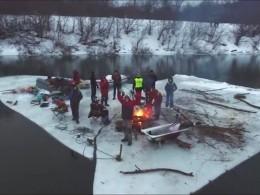 Баня, рыбалка, баян иводный сноуборд— вечеринка экстремалов надрейфующей поДону льдине попала навидео