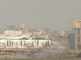 Вмассовых беспорядках возле сектора Газа участвуют сотни палестинцев