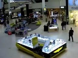 Видео: изобретательные жулики ограбили часовой магазин Rolex спомощью фейрверков