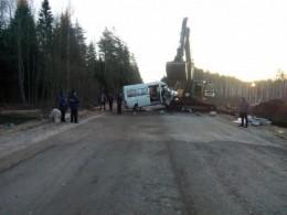 Пятый канал публикует страшные фото сместа ДТП под Псковом, вкотором пострадали шесть человек