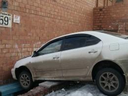 Житель Братска припарковался прямо встену детской поликлиники— фото