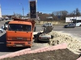 Самосвал спеском раздавил легковушку вТамбове— погиб водитель