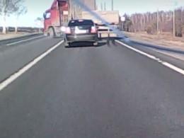 Очевидец объяснил причину смертельного маневра грузовика перед столкновением смикроавтобусом под Вологдой