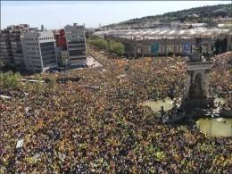 Более 300 тысячжителей Барселоны вышли стребованием освободить каталонских политиков