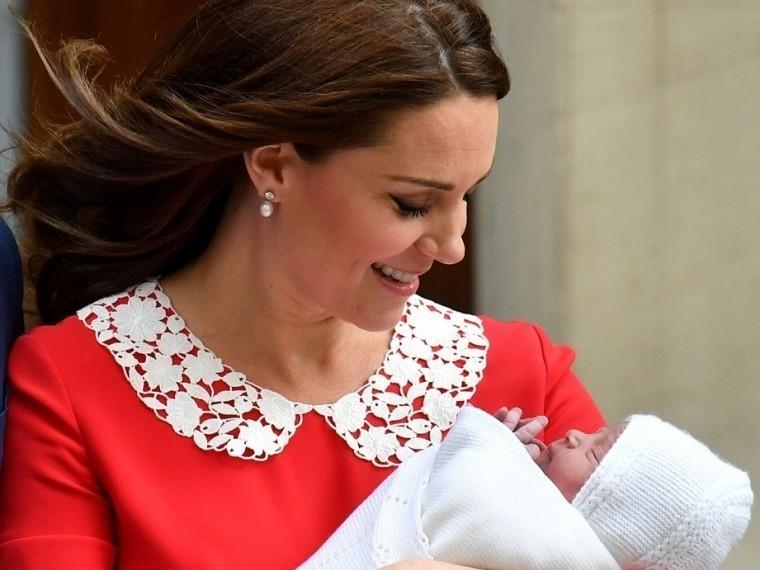 Принц Уильям иКейт Миддлтон показали новорождённого сына— опубликованы первые кадры
