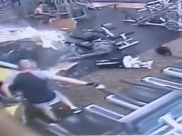 Обезумевшая Teslaпротаранила фитнес-клуб воФлориде ичудом несшибла мужчину— опубликовано видео