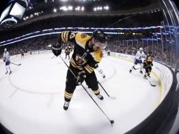Любвеобильному хоккеисту НХЛ официально запретили целовать соперников