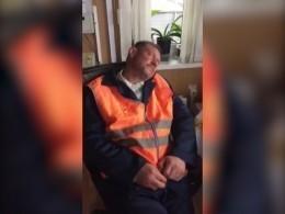 Очень пьяного работника железнодорожной станции поймали запросмотром порно