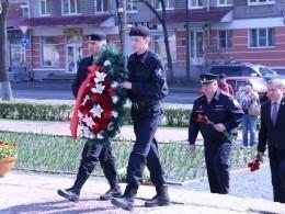 Участники автопробега «Вахта памяти» возложили цветы кмонументу вПскове