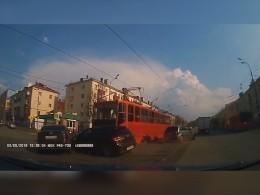 Видео: ВКазани трамвай протаранил автомобили— пострадали женщина иребенок