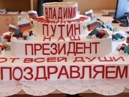 Огромный торт испекли кондитеры вчесть инаугурации Путина