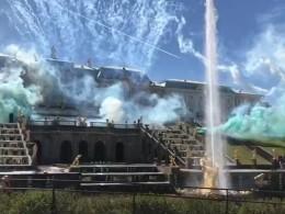 ВПетергофе отметили День Победы красочным запуском фонтанов Большого каскада