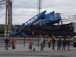 Упавший железнодорожный кран вКургане едва неубил рабочих