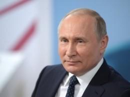 Путин подписал мяч сэмблемой ЧМ-2018
