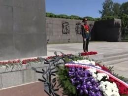 Макрон почтил память жертв блокады Ленинграда наПискаревском кладбище