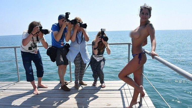 Фото: бесстыдно голая Елена Беркова устроила фурор напремии «Кинотавр»