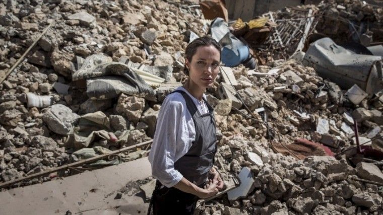 «Ужасающие условия»— Джоли побывала вразрушенном боевиками ИГ* Мосуле