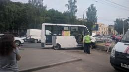 11 человек пострадали после того, как маршрутка врезалась вбордюр вОрле