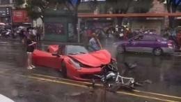 Видео: молодая китаянка разбила дорогущий Ferrari, едва выехав изавтосалона