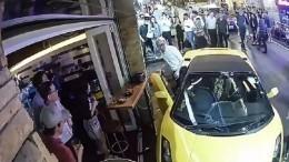 Видео: совершенно пустая Lamborghini перепугала посетителей американского бара