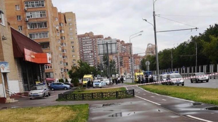 Вмагазине «Дикси» вМоскве пьяный сножом атаковал продавцаитребует300 тысяч