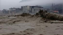 Китайский фильм-катастрофа: сильные ливни разрушили огромную дорогу
