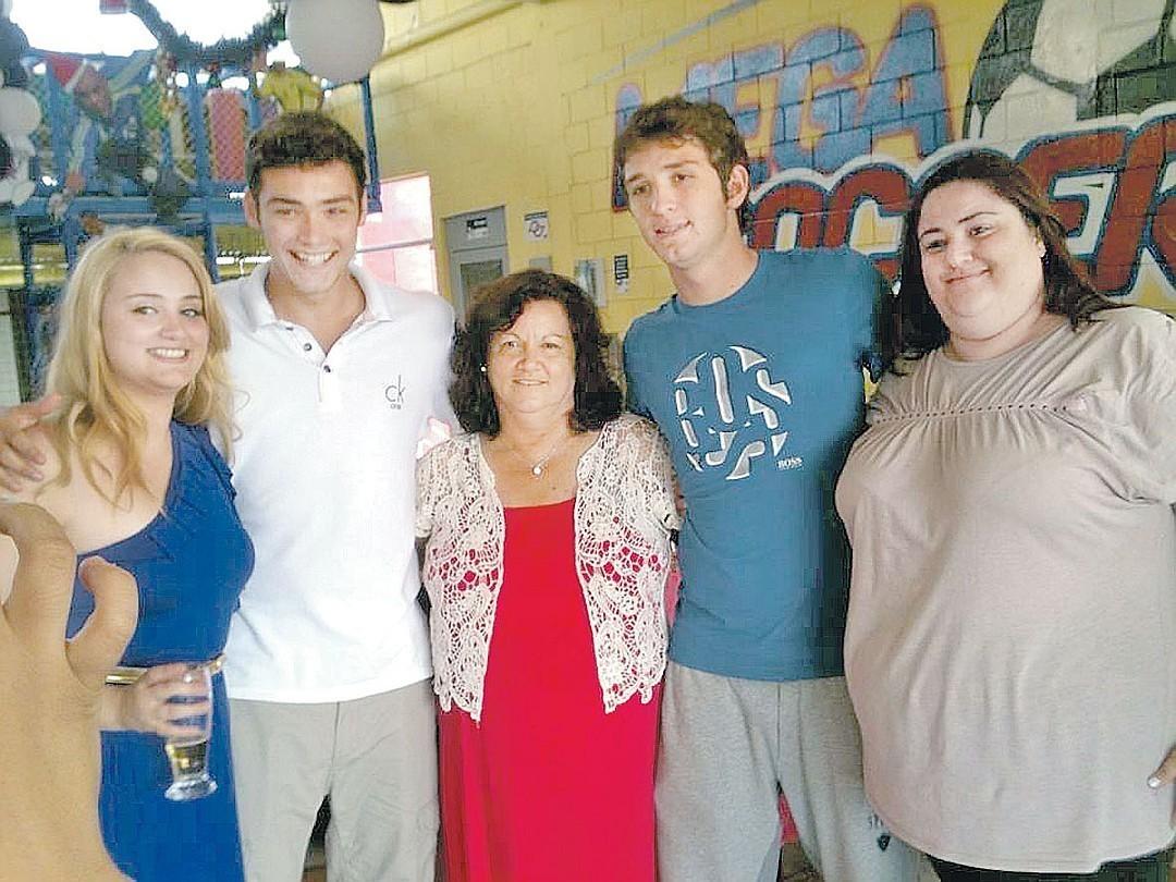 Марио Фернандес (второй справа) со своей мамой (в центре), родными сестрами и братом. Фото: Личный архив