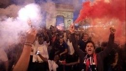 Обезумевшие французские фанатыедва неразгромили Парижпосле матча наЧМ-2018