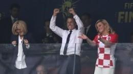 Президенты Франции иХорватии поцеловались после завершения ЧМ— видео