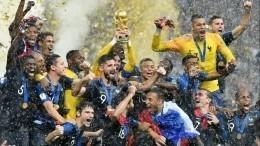 Видео: Игроки сборной Франции обливают тренера шампанским напресс-конференции